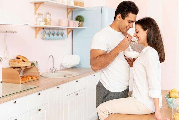 Côté, couple heureux, manger, dans cuisine