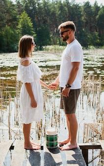 Côté, couple, tenant mains, et, regarder autre