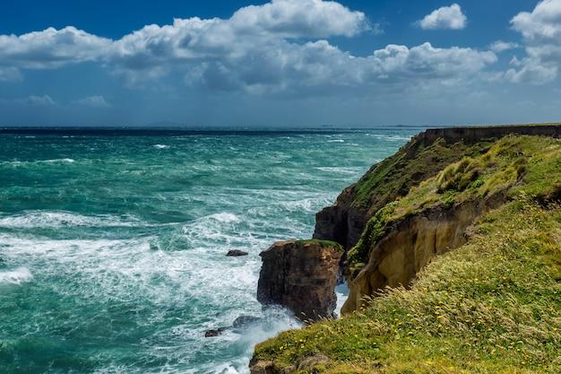Côte du pacifique et grosses vagues de mousse blanche à otago, nouvelle-zélande