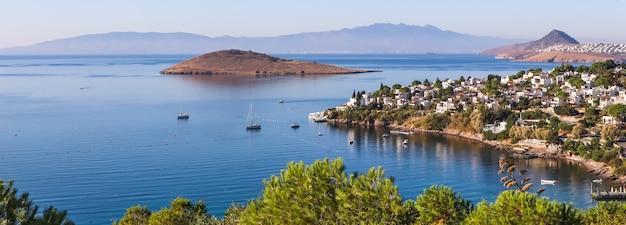 Côte égéenne avec de merveilleuses montagnes d'îles naturelles riches en eau bleue et de petites maisons blanches
