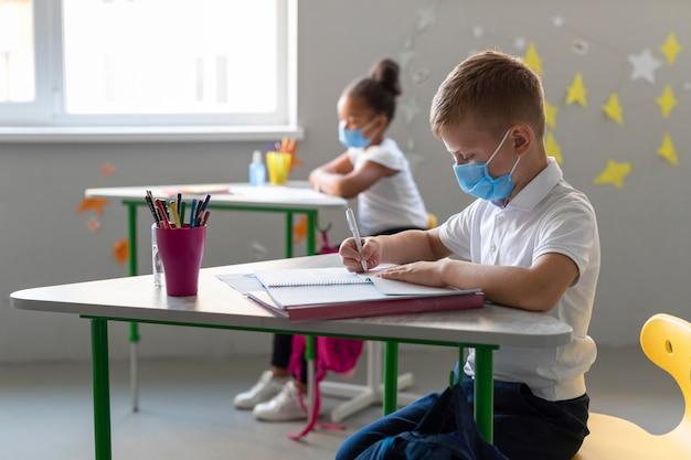 Sur le côté, les enfants retournent à l'école en temps de pandémie