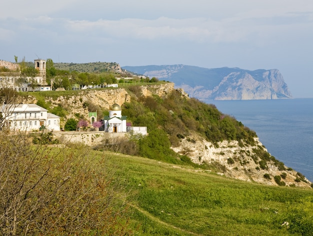 Côte d'été et vue sur le cloître saint george depuis le cap phiolent (crimée, ukraine)
