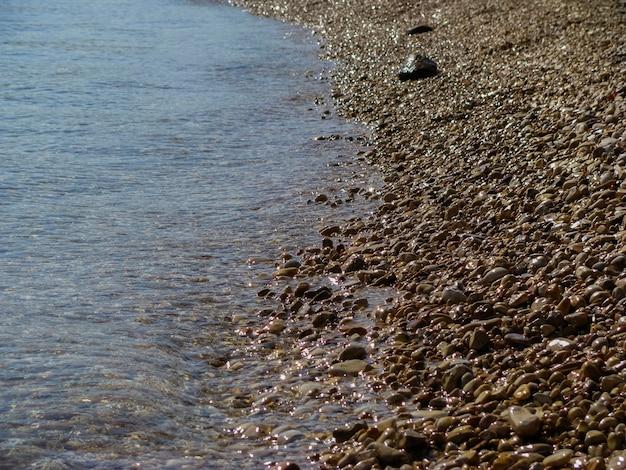 Côte de galets de mer