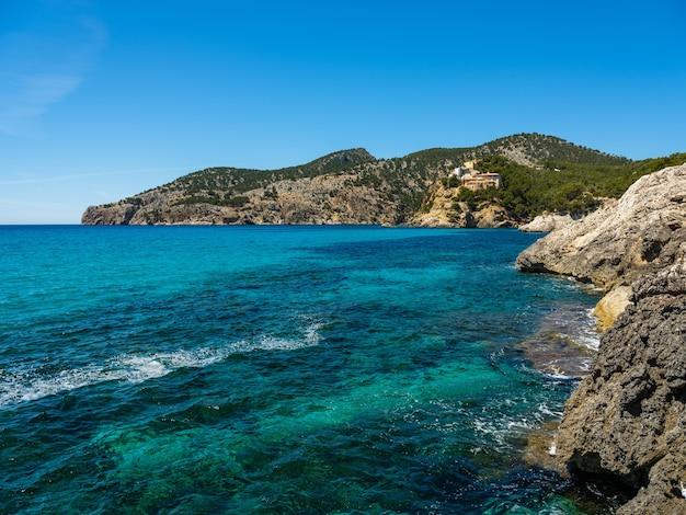 Côte Idyllique De Majorque, Mer Méditerranée Aux Beaux Jours, Espagne. Photo Premium