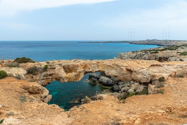 Sur la côte méditerranéenne se trouve un pont d'amoureux. chypre.