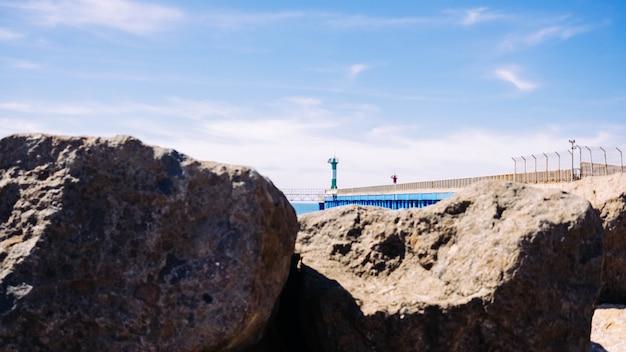 Côte de la mer avec une balise