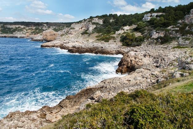 Côte de la mer dans le parc national de porto selaggio, pouilles, italie
