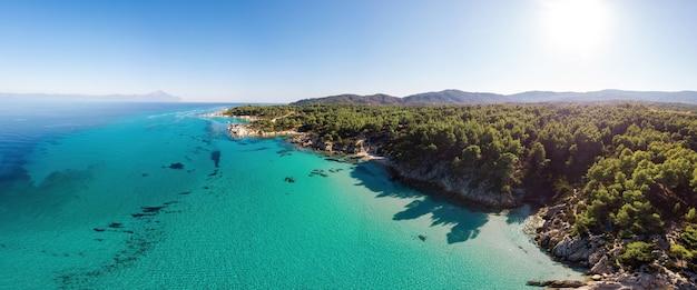 Côte De La Mer égée Avec Eau Transparente Bleue, Verdure Autour, Rochers, Buissons Et Arbres, Vue Depuis Le Drone Grèce Photo Premium