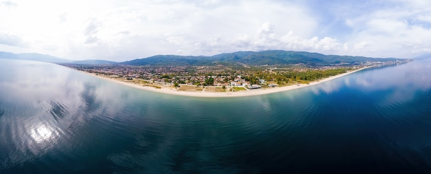 Côte de la mer égée avec longue plage, bâtiments, asprovalta, grèce