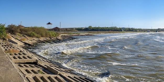Côte de la mer noire du village de villégiature morskoe, région d'odessa, ukraine, par une journée de printemps ensoleillée