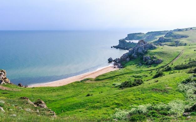 La côte de la mer noire en été