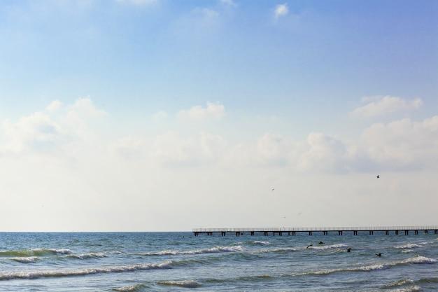 Côte de la mer noire. petites vagues et soleil.