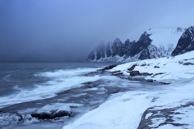 Côte de la mer rocheuse au point de vue à dents du diable, tungeneset, senja, norvège