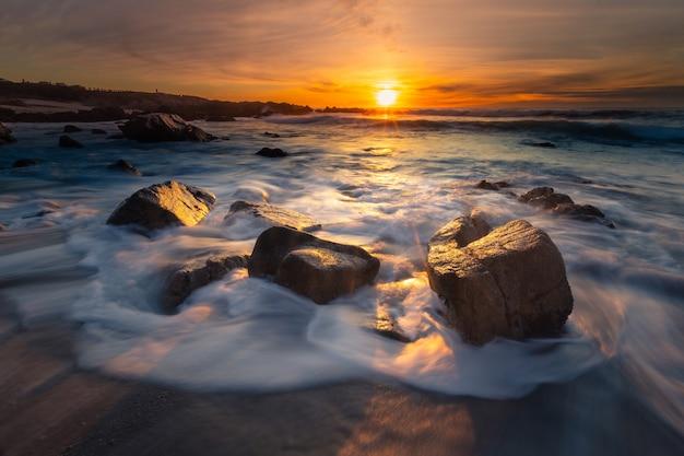 Côte de monterey au coucher du soleil, californie
