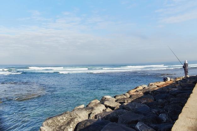 Côte de l'océan atlantique, vagues déchaînées sur le rivage, surf. casablanca, maroc