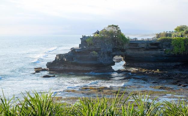Côte de l'océan près du temple de tanah lot, bali, indonésie