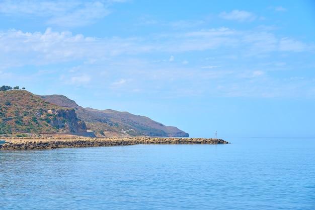 La côte de pierre du nord de la crète par une journée ensoleillée.