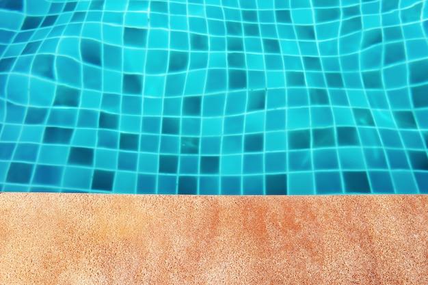 A côté de la piscine dans l'hôtel.