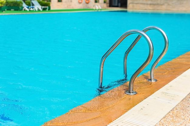 Côté piscine avec escalier, piscine à échelles