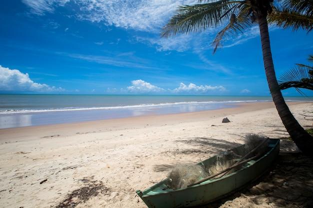 Côte de la plage brésilienne lors d'une journée ensoleillée à barra do cahy, bahia, brésil. février, 2017.