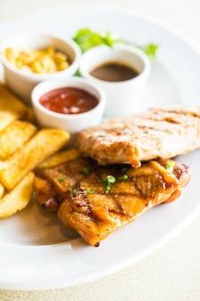 Côte de porc et steak de poulet