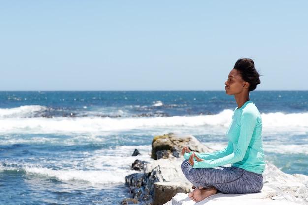 Côté, portrait, de, beau, jeune femme, dans, yoga, pose, plage