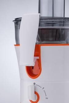 Côté de presse-agrumes électrique sur fond clair. appareils de cuisine