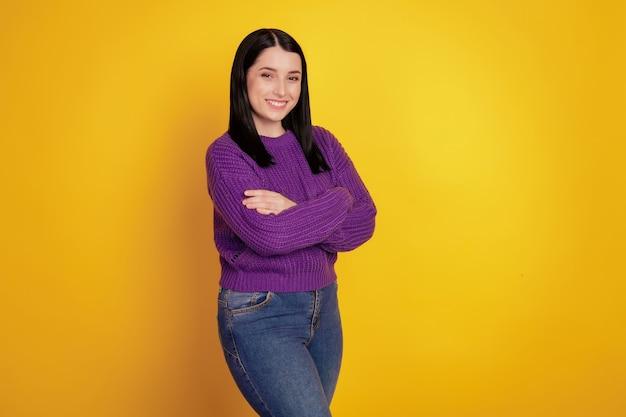 Côté profil photo de jeune femme d'affaires heureux sourire positif mains jointes confiant denim isolé sur fond de couleur jaune