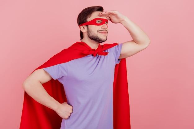 Côté profil photo de jeune superman hâte d'aller courageux dangereux isoalted sur fond de couleur rose