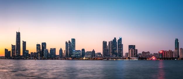 La côte de qingdao et l'horizon du paysage architectural urbain
