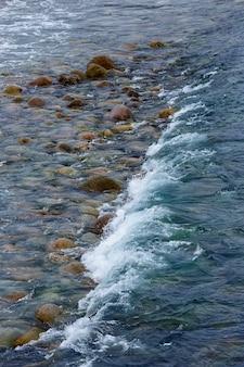 La côte, avec des rochers en pierre