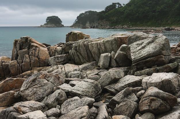 Côte rocheuse d'une baie