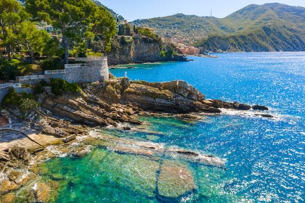 Côte rocheuse à camogli, italie. une vue à vol d'oiseau sur la mer adriatique, en ligurie.