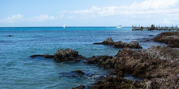 Côte rocheuse dans la mer des caraïbes en république dominicaine dans la région de dominicus