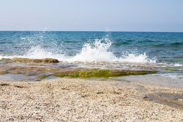 Côte rocheuse de la mer méditerranée. vent, vagues, plage déserte. des vacances dans le sud