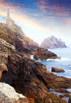 Côte rocheuse de l'océan avec phare