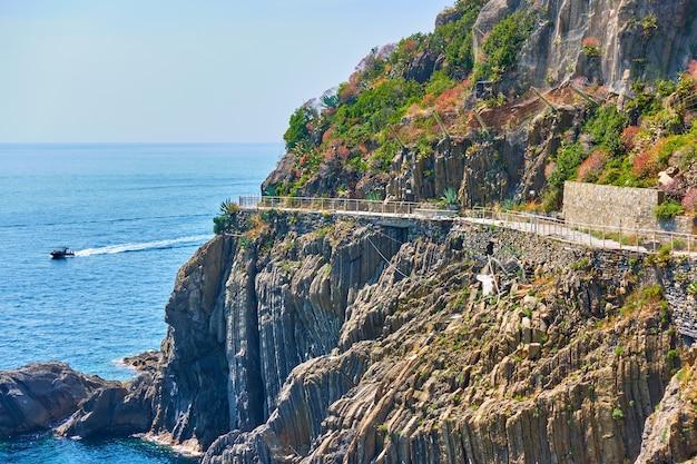 Côte rocheuse près de riomaggiore avec love road fermé (via dell'amore) à cinque terre, italie.