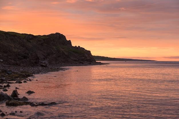 Côte rocheuse de tersky de la mer blanche au lever de soleil