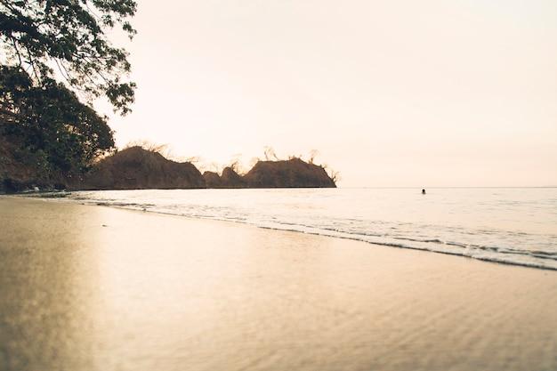 Côte sablonneuse contre mer