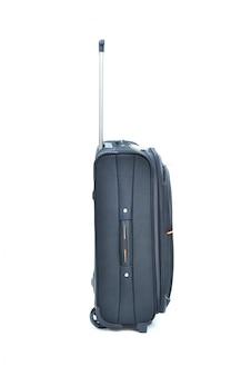 À côté de la valise noire isolée sur blanc