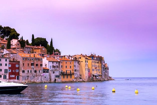 Côte de la vieille ville de rovinj avec ses maisons colorées au coucher du soleil, croatie