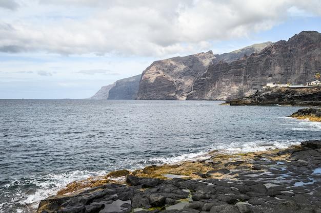Côte volcanique avec des roches noires. los gigantes, ténérife