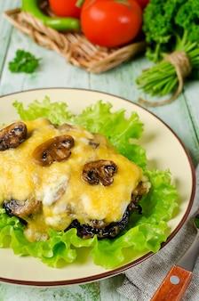 Côtelette de boeuf aux champignons, pruneaux et fromage
