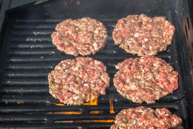 Côtelette de hamburger grillé.