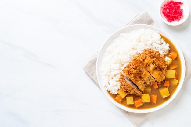 Côtelette de porc frit croustillant au curry et au riz
