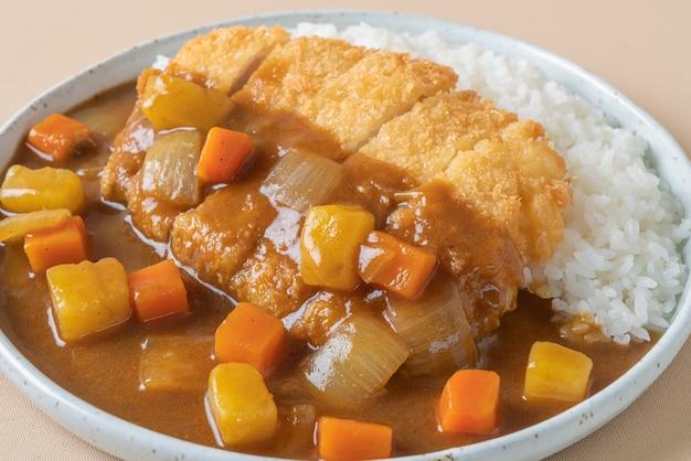 Côtelette de porc frite au curry avec du riz - style de cuisine japonaise