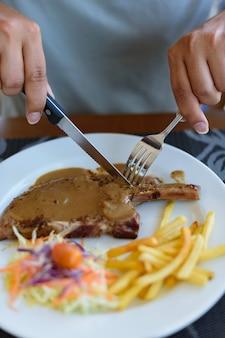 Côtelette de porc grillée avec sauce au poivre noir