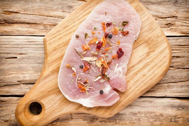 Côtelette de porc, tranches de viande sur fond de bois.