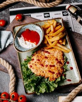 Côtelette de poulet frit avec frites