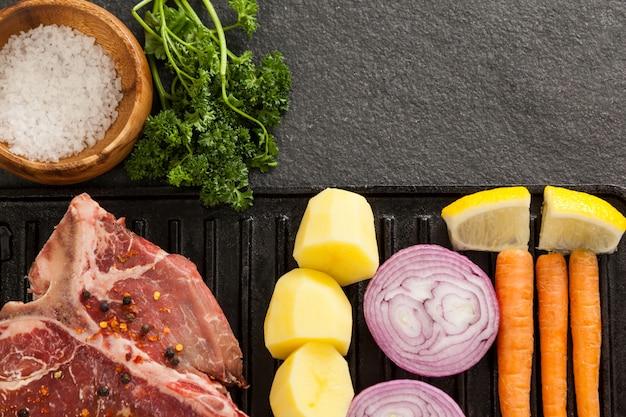 Côtelette de surlonge et ingrédients sur grill noir